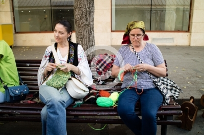 women kniting in the street of bucharest